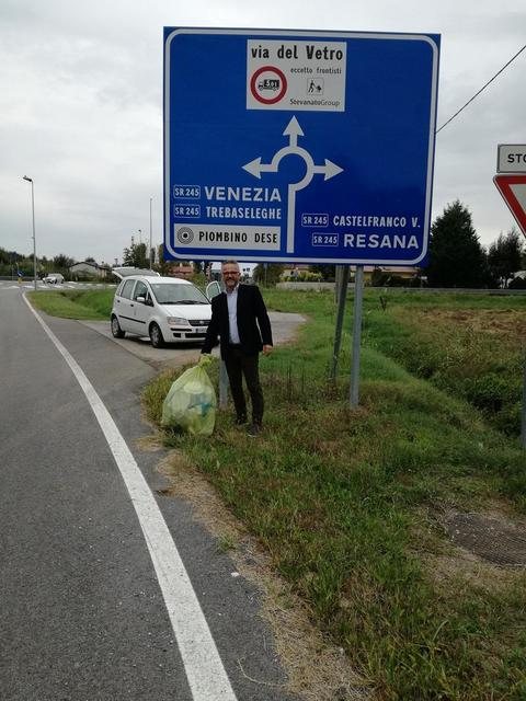 Lancia la spazzatura dallauto: il sindaco gliela riporta personalmente a casa