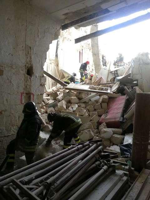 Matera crolla una palazzina di tre piani for Piani di una palazzina di una storia