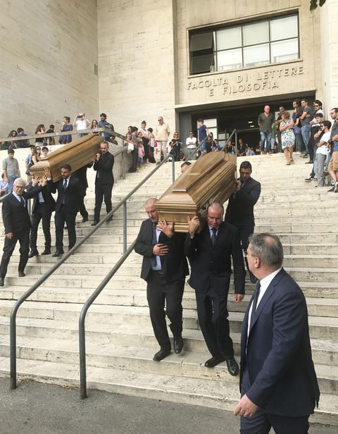 Fidanzatini morti in A1 mentre mettono il triangolo: lultimo saluto ad Anna e Francesco, 22 e 23 anni