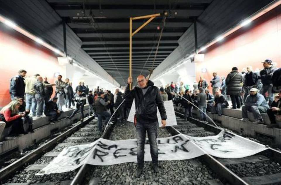 Torino stazione bloccata dalla protesta contro la tares - Stazione treni torino porta susa ...