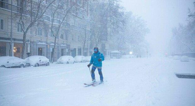 "Spagna, tempesta di neve ""Filomena"": a Madrid c'è chi prova a sciare"