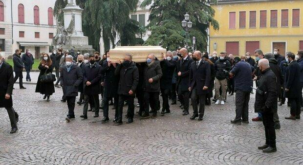 Paolo Rossi, funerale a Vicenza di Pablito: il feretro portato in spalla dai compagni del Mundial di Spagna