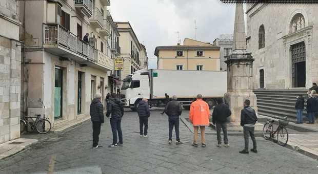 Segue il navigatore e finisce con il Tir nel centro storico di Fondi: strage di insegne e cartelli