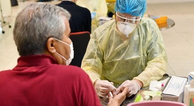Coronavirus, il virologo Crisanti: «Covid si sta spegnendo? Sono solo chiacchiere»